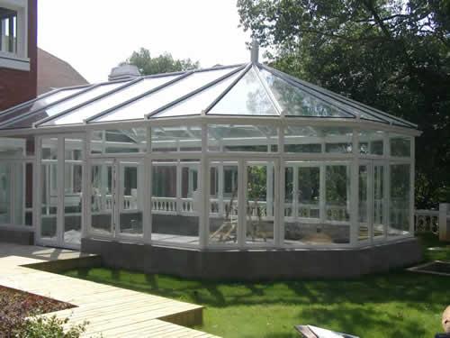 阳光房,建造在别墅外或复式楼房的露台上,把浪漫的生活空间向户外拓展